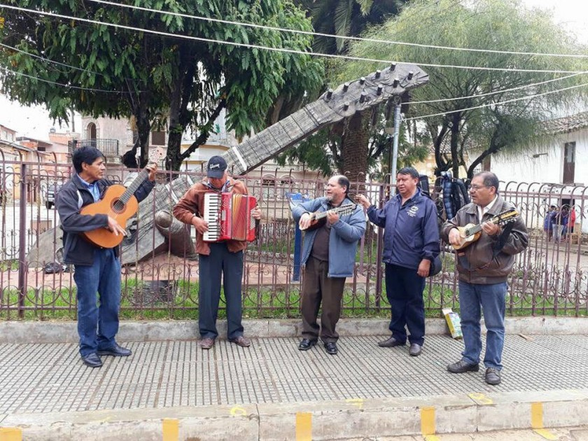 Músicos locales junto a Víctor Hugo Vaca Guzmán, presidente de SBC Chuquisaca.