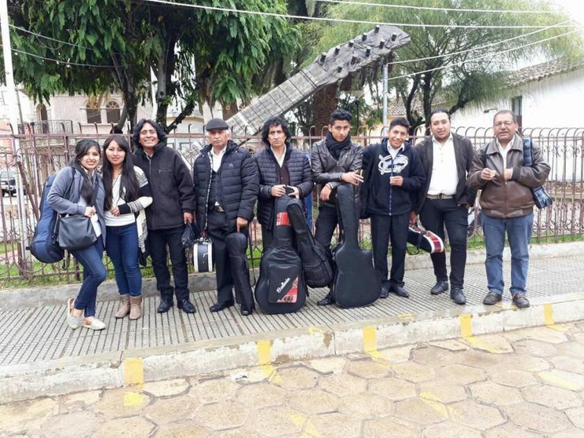 La Sociedad Boliviana del Charango rinde homenaje a Don Mauro Núñez en su mausoleo
