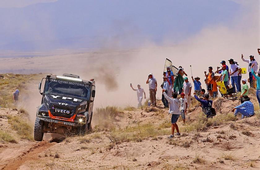 """Los  camiones son los """"monstruos  del Desierto""""."""