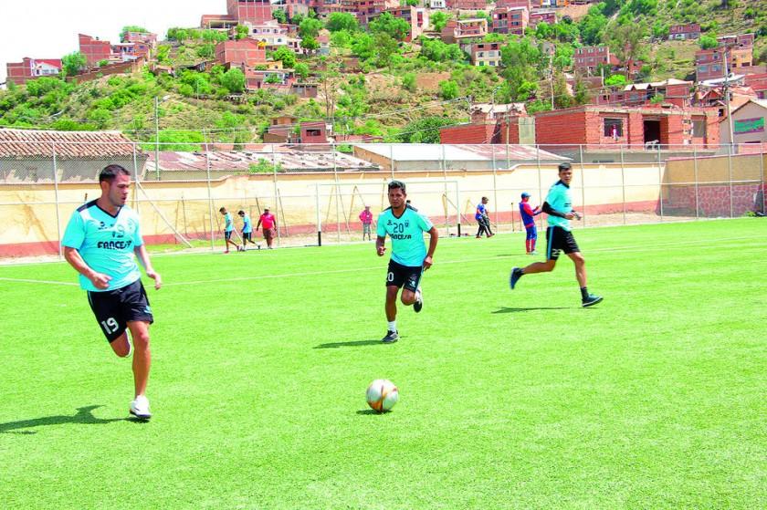 Universitario inició la semana con una práctica de fútbol en la cancha de El Tejar.