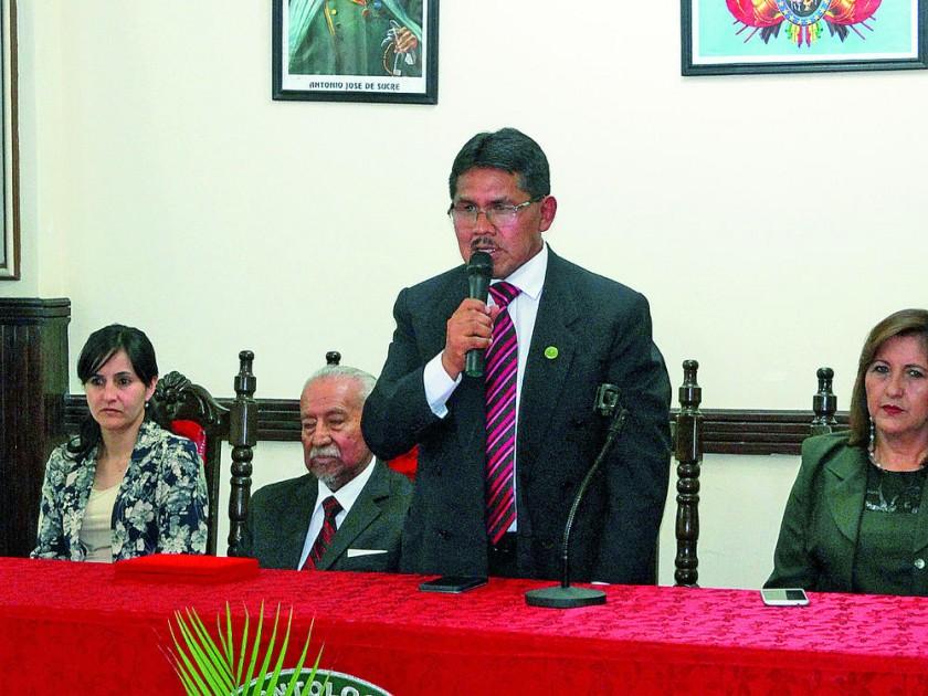 EL presidente del Colegio Médico, Pascual Yampa, cierra el acto protocolar  con felicitaciones para sus colegas...