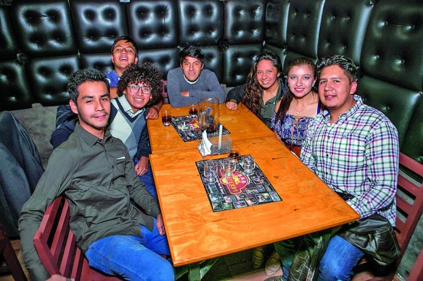 Los cumpleañeros Sammy Pérez (segundo izquierda) y Sergio Bulucua (primero derecha) festejaron junto con sus amigos
