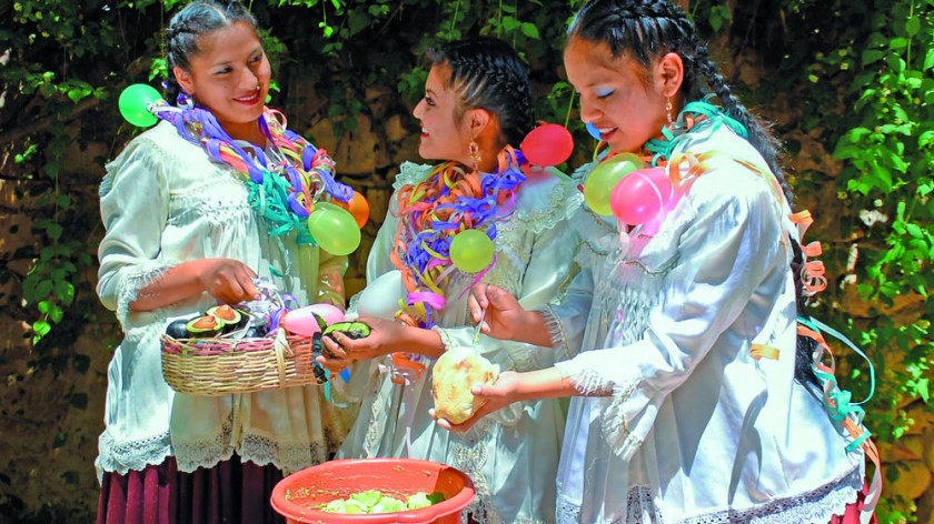 Jorge Poppe y el Ballet Municipal, demuestran las tradiciones del Carnaval.