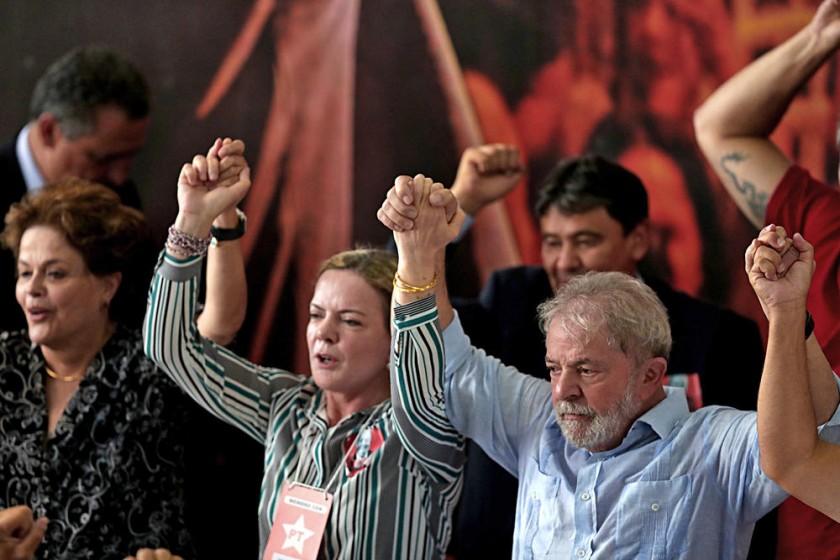 CAMPAÑA. El ex presidente brasileño Luiz Inácio Lula da Silva (d) alza los brazos junto a la presidenta del PT...