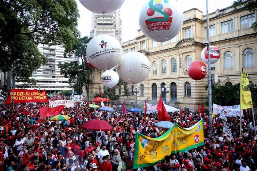 CONCENTRACIÓN. Seguidores de Lula da Silva participan en una concentración en Sao Paulo.