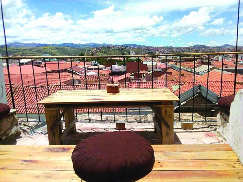 PROYECTOS. Una vista de Sucre desde Qaway -Mirar, situado en el templo de Santo Domingo, que ofrece artes y gastronomía.