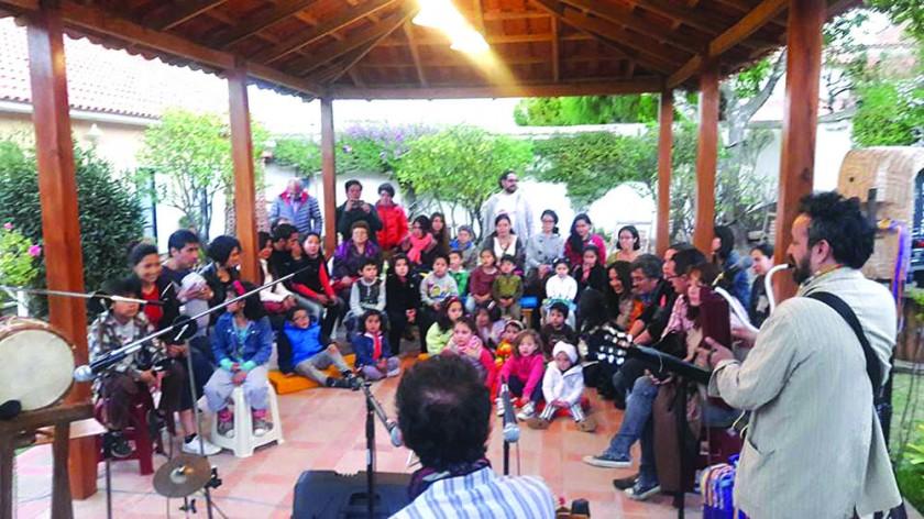 REFUGIO ARTÍSTICO. Una tarde familiar en los jardines de La Guarida, apreciando un concierto de música para niños.
