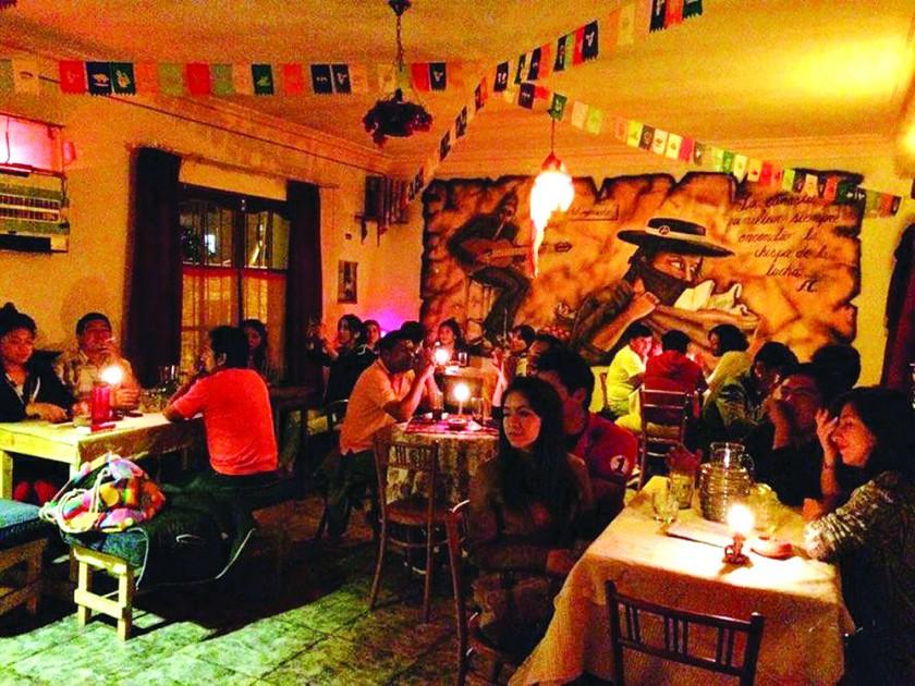 """EL MERCADO. Una noche en el espacio cultural de Carmen Julia Heredia y José """"Pepe"""" Alberto, situado en la calle Olañeta."""