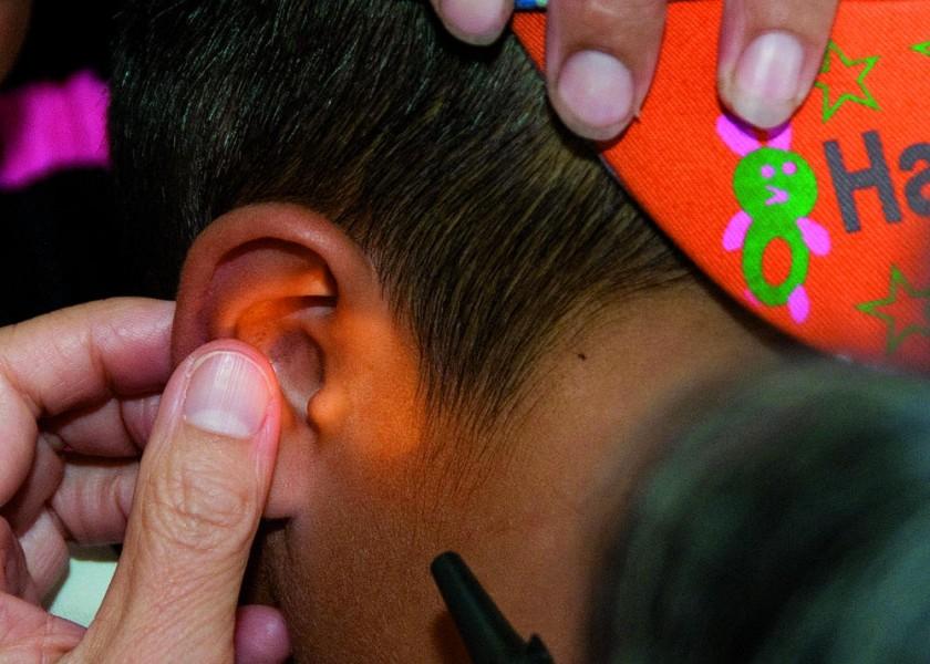 Acudir a un médico pediatra es lo primero ante la presencia de cualquier síntoma relacionado con la otitis.