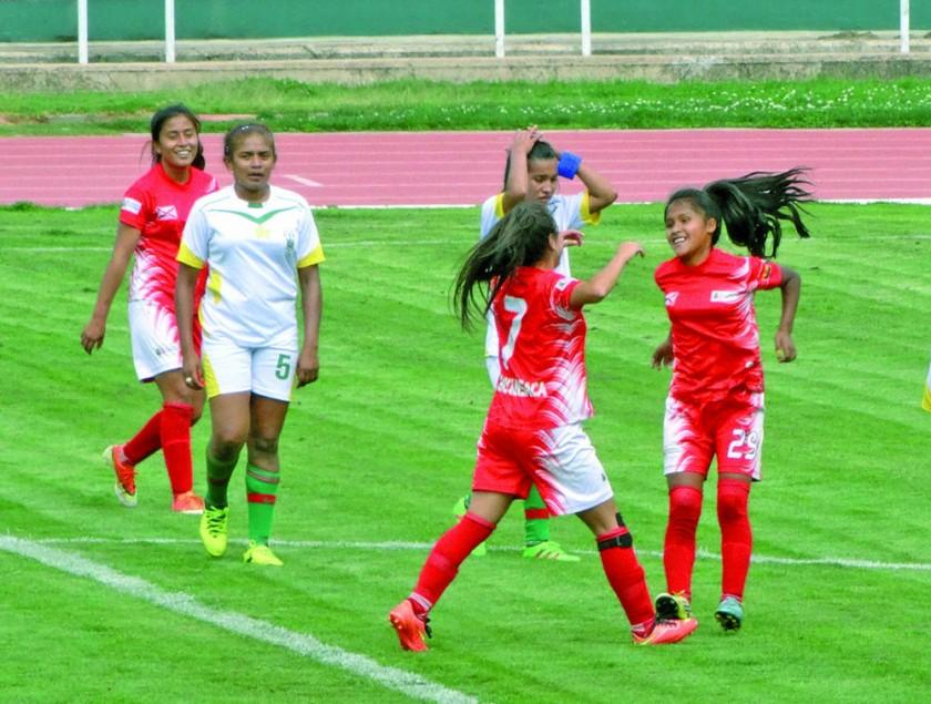 Las selecciones chuquisaqueñas antes del acto de premiación ayer, en el estadio Patria