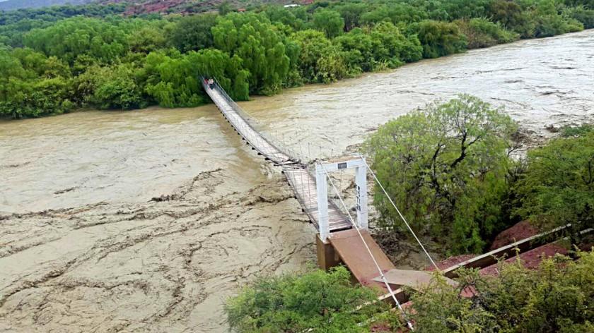 el río Grande malogró la pasarela de Iguerahuaco y se muestra desecho minero en Camargo.