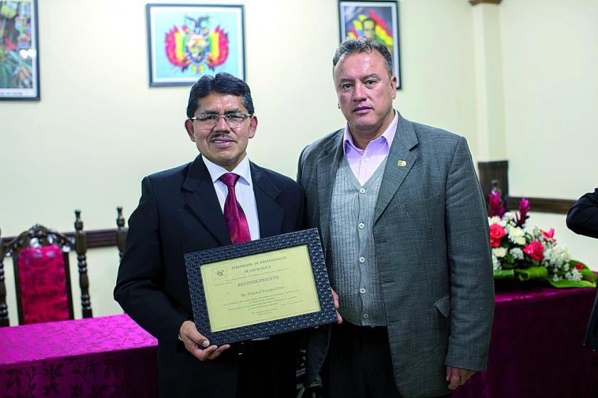 Federación de Profesionales de Chuquisaca reconoció a Pascual Yampa por su meritoria labor en beneficio de su gremio.