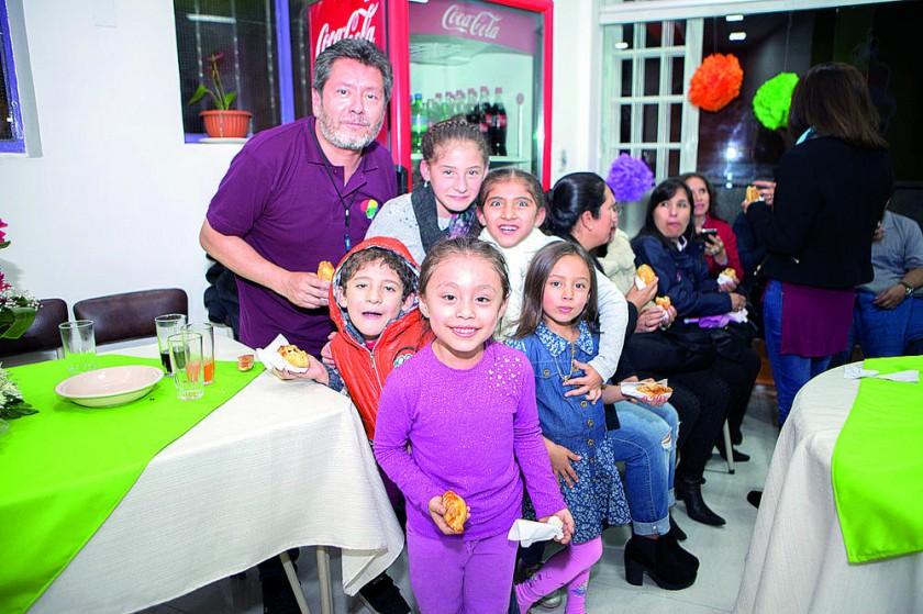 Roberto Flores, Luciana Barrios, Valentina Barrios,  Oscar Barrios, Katia Flores y Mikaela Betancourt.