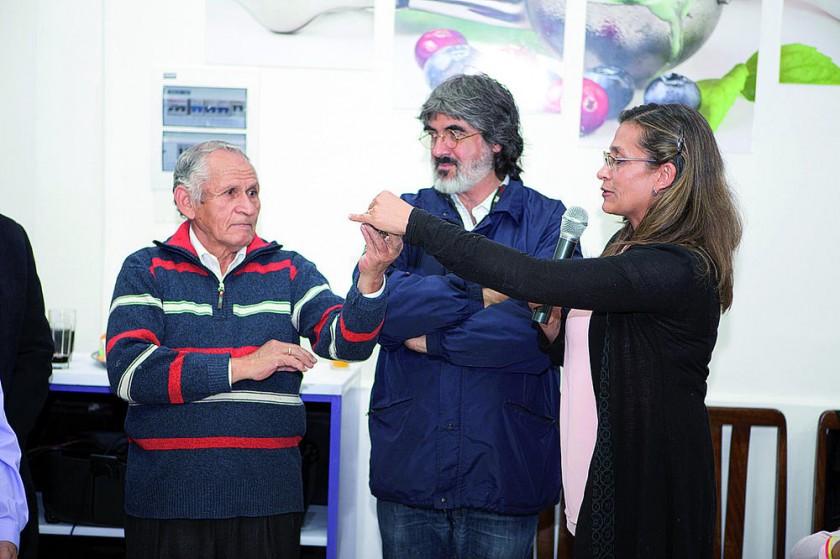 María Isabel Miranda hace la entrega de las llaves  a Jaime Miranda propietario de heladería Sagitario.