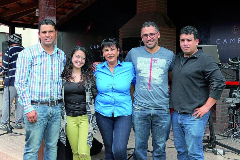 Erick Serrano, propietario, junto con su familia.
