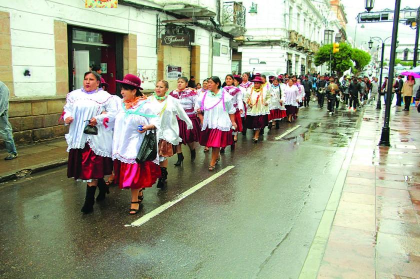 ALEGRIA. Las comadres bailaron al son de cuecas y sicuris en las calles de Sucre.