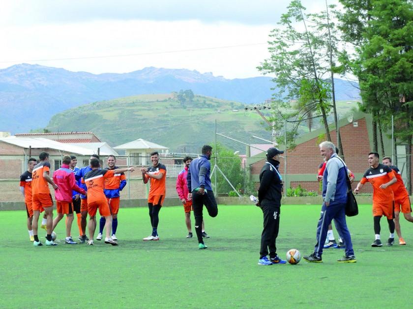 El equipo estudiantil entrenó ayer por la tarde en la cancha del ex Seminario antes de ausentarse vía terrestre a...