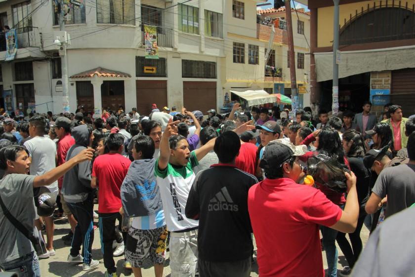 DESCONTROL. Comparsas integradas por estudiantes de colegio protagonizaron amagos de enfrentamiento en las calles.