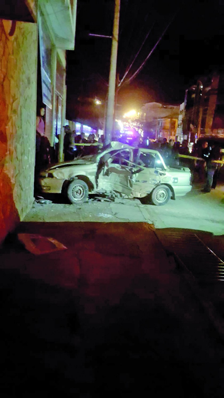 ACCIDENTES. El coche en el que falleció una persona al estrellarse contra un poste y una casa.