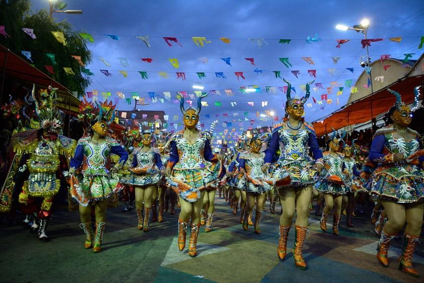 ENTRADA. Miles de bailarines recorrieron las calles y avenidas de Oruro luciendo vestimentas y derrochando alegría.