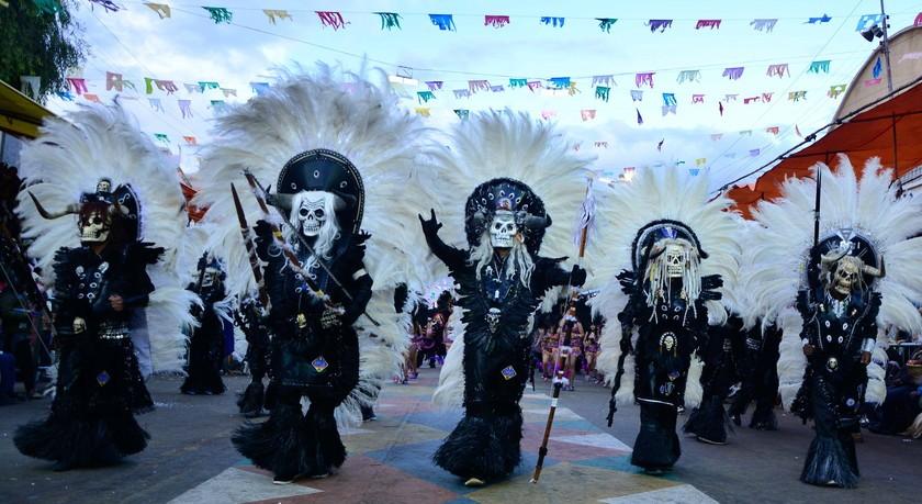 FIESTA. Los trajes de los danzarines maravillaron a los espectadores.