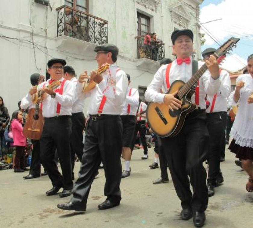 ESTUDIANTINA. Músicos de La Razza amenizaron en las calles blancas.
