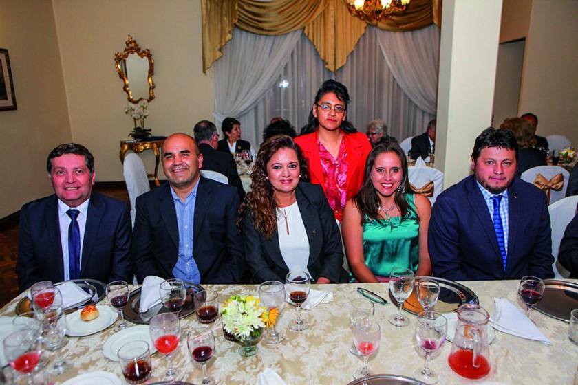 Javier Arduz, Juan José Dorado, Lourdes Lara, Pilar de Rendón, Cinthia de Valda y Gregorio Valda.?