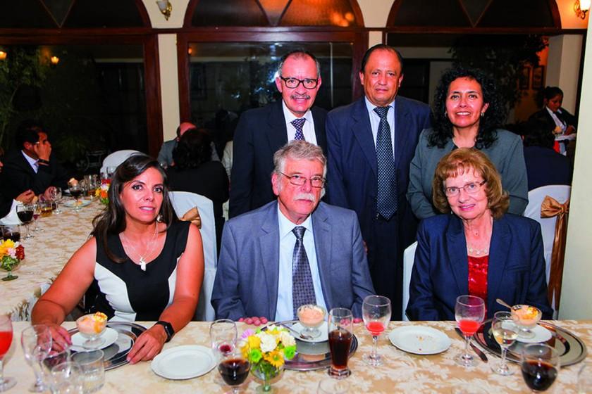 Arriba: José Chavarría, Gonzalo Virreira y Blanca de Chavarría. Abajo: Sandra Villafani, Ramiro Villafani y María E. de