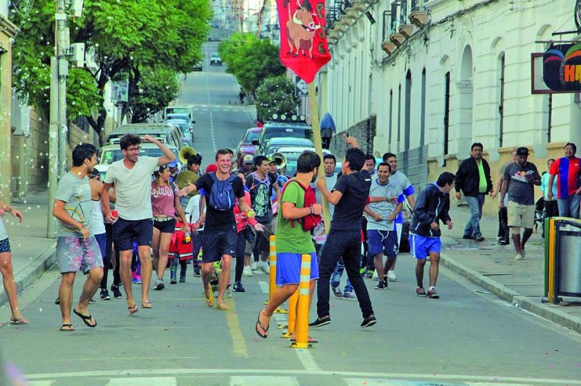 FERIADO: En el tradicional Martes de Ch'alla los sucrenses adornaron sus bienes materiales .