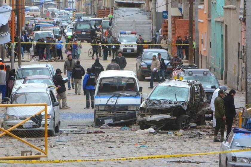 El área de la explosión de ayer, martes, en Oruro, a pocos metros de la explosión del sábado. Foto: APG
