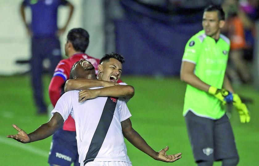 Paulâo y Andrés Ríos festejan uno de los goles anotados a Wilstermann anoche, en el partido de ida de la tercera...