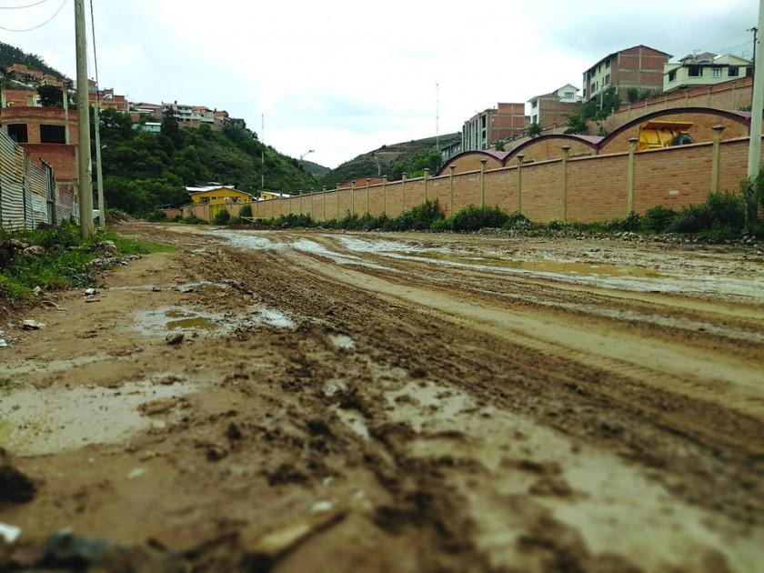 INTRANSITABLE. Así se ve la prolongación de la calle Rafael Gómez Reyes que cada que llueve se convierte en tramos...