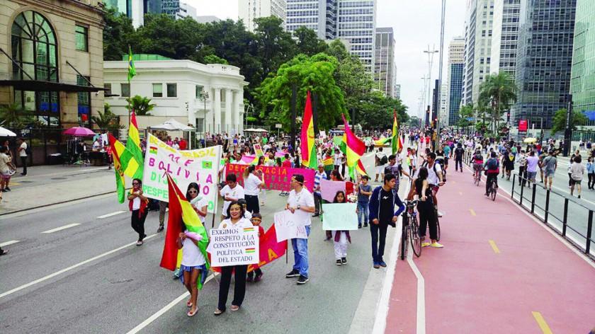 MOVILIZACIONES. Imágenes de las manifestaciones de bolivianos en Madrid y Sao Paulo contra la reelección...
