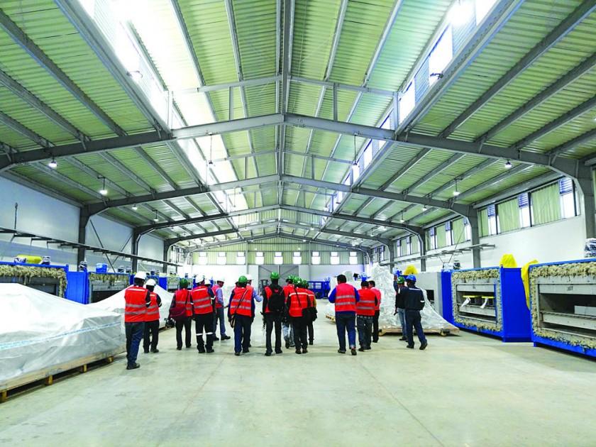 INSPECCIÓN. Los funcionarios explican a la prensa el funcionamiento de la fábrica.