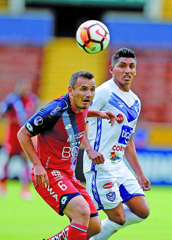 Edder Fuertes de El Nacional disputa el balón con Didi Torrico de San José durante el partido jugado en Quito.