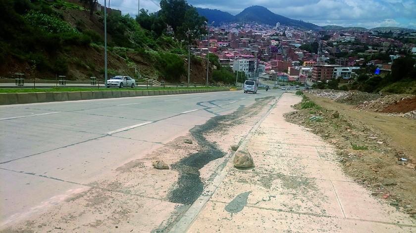 INSPECCIÓN. Las constantes lluvias debilitaron varias plataformas en calles y avenidas de la ciudad, dejándolas...