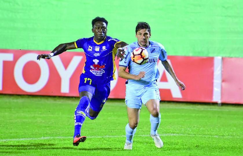 La Academia debutó en la Copa Libertadores con un empate en su visita al Delfín Sporting de Ecuador.