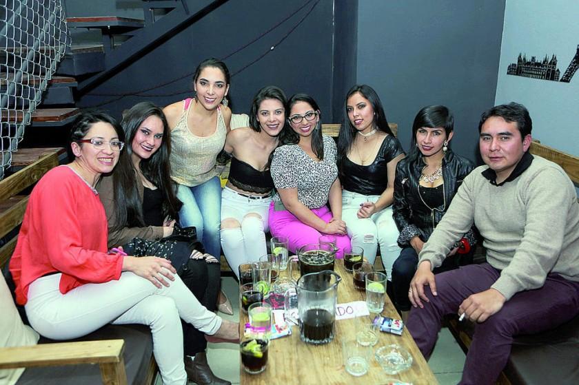 La cumpleañera Laura Lora (cuarta derecha) festejó su cumpleaños organizado por  Daniela Ybarnegaray y Ariany Kale.