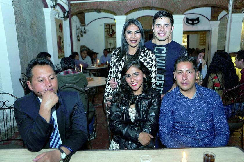 Anabel Rodríguez junto con su novio Ibrahim Valenzuela e invitados.