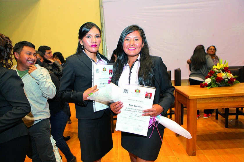Margarita Espino y Amalia Flores.