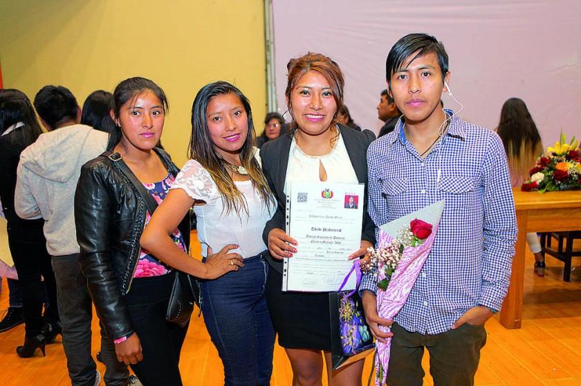 Claudia Michaga junto con sus amigos.