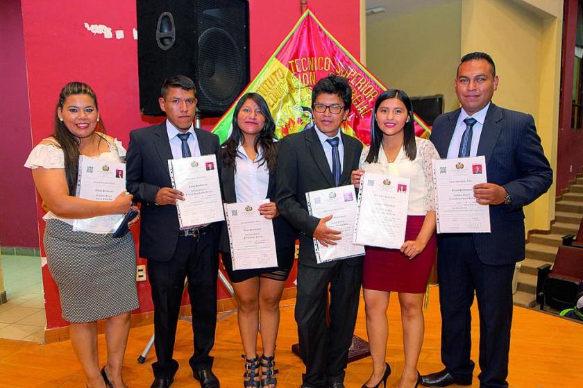 Evelis Rodas, Fernando Condori, Sulma Quispe, Vladimir Salinas, Erika Hidalgo y Víctor Espada.