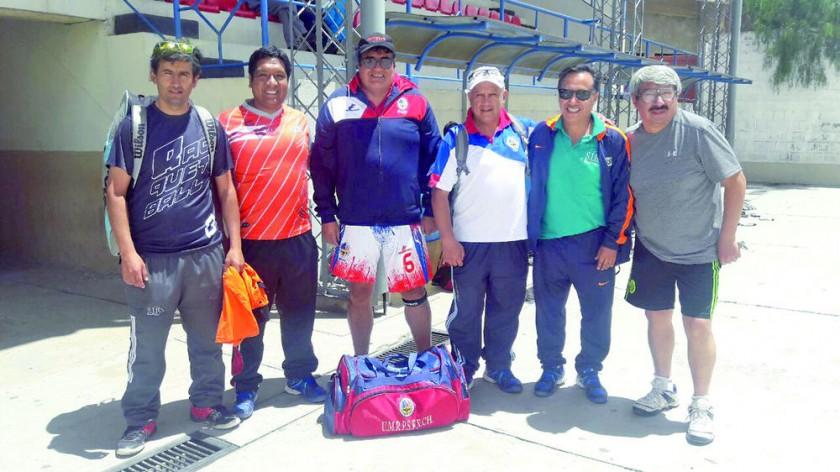 Casi 70 ingenieros participan del actual campeonato de raqueta frontón en Sucre, que este domingo llega a su final.
