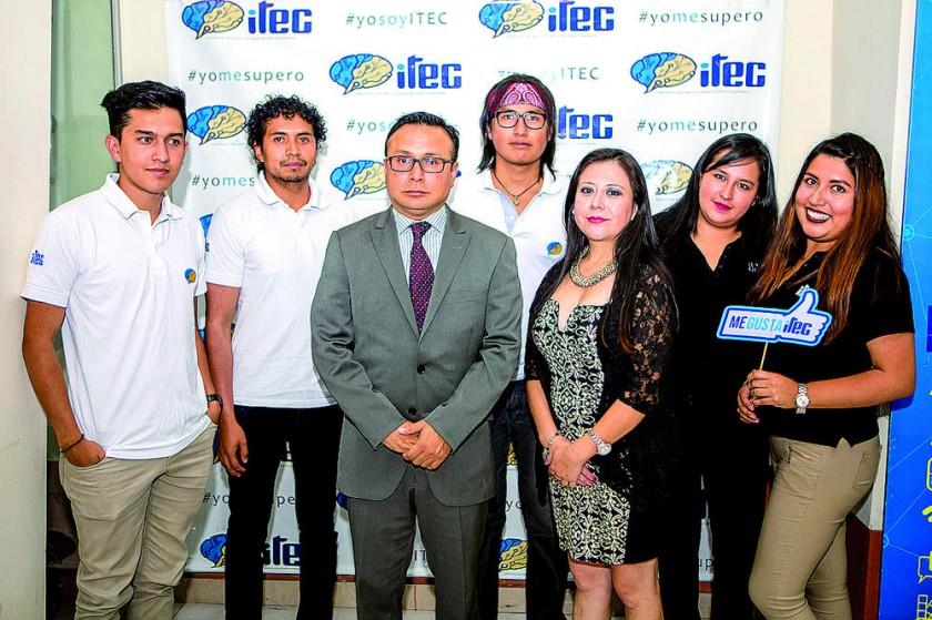 El equipo de Marketing junto al Gerente General,  Limber Carrasco.
