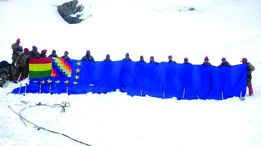 CIVISMO. La bandera gigante, que reivindica la demanda de una salida soberana al mar, empezó a unirse ayer en varios...