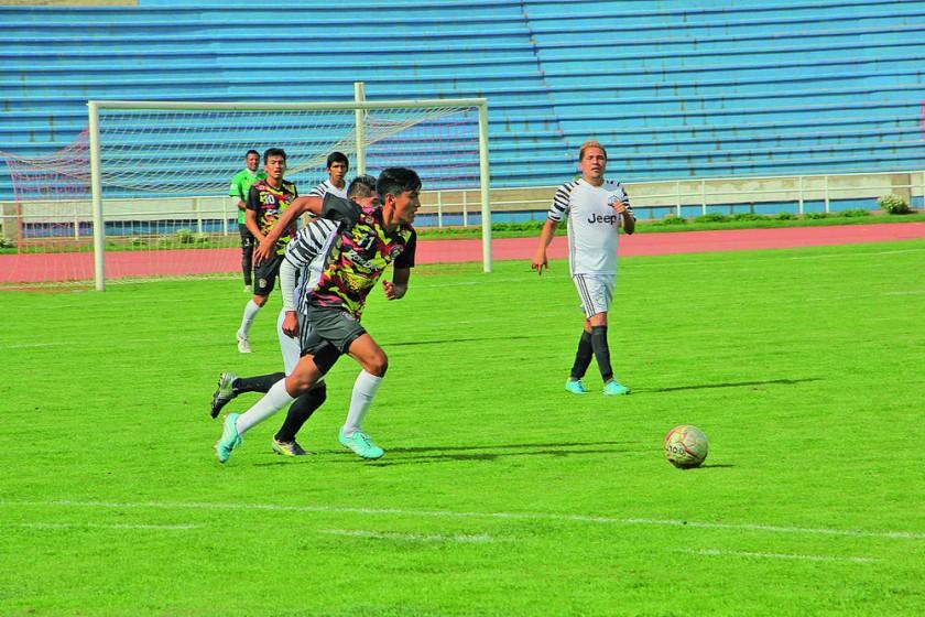 Un pasaje del partido jugado entre Atlético Sucre y Deportivo Alemán ayer, en el óvalo central del estadio Patria.