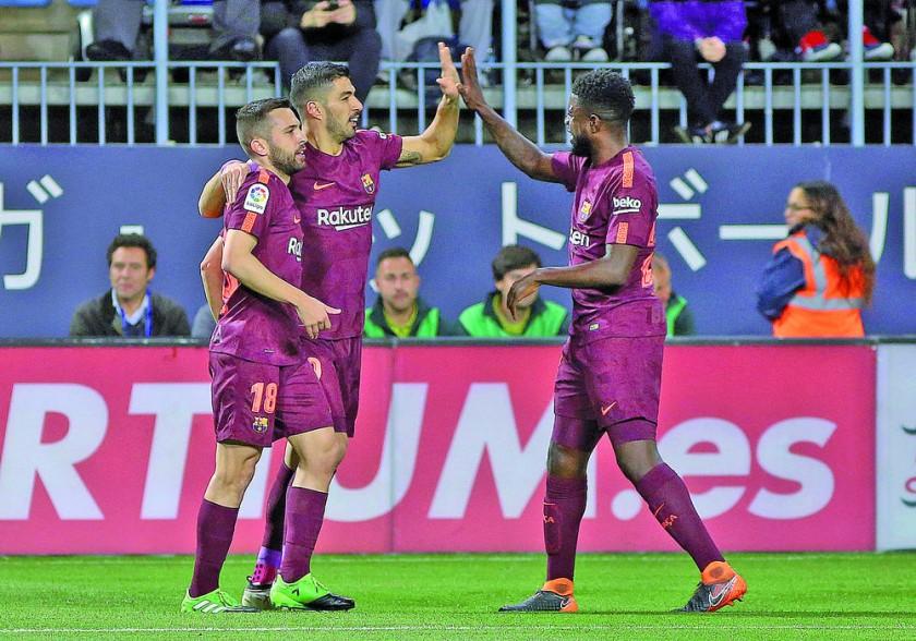 Barcelona y Real Madrid ganaron ayer y se mantienen primero y cuarto en la Liga española...
