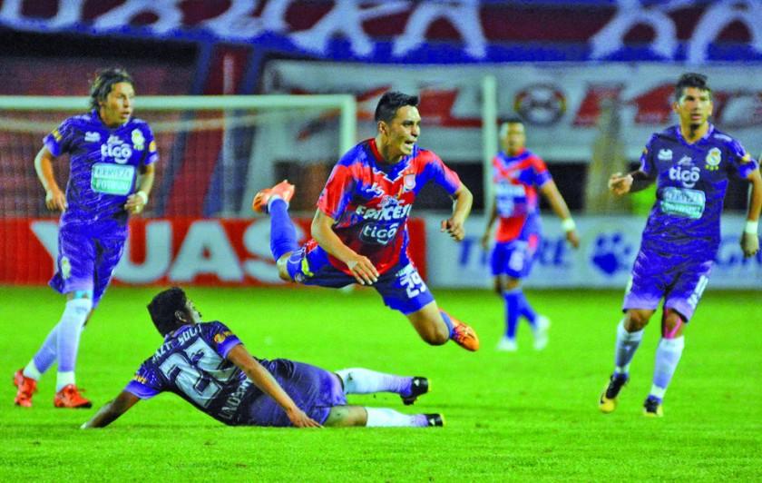 Mijail Avilés (arriba) sufrió un desgarro en el partido con Real Potosí