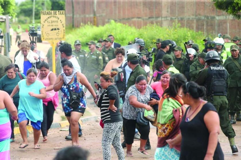 ACCIÓN. La Policía sorprendió a los reclusos de la sección PC4 de la cárcel Palmasola para realizar una requisa en todos