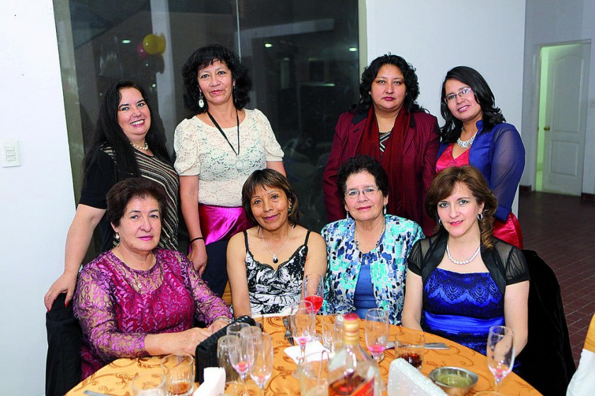 Arriba: Carmen Machicado, Alina Arciénega, Rosario Salanova y Jimena Tarija.  Abajo: Emma Echalar, Dora Marconi...